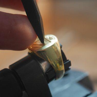 Utilisation de poinçon pour la gravure d'un blason