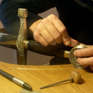 Gravure à la main d'un pommeau d'épée