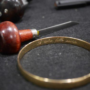 Gravure main à l'intérieur d'un bracelet