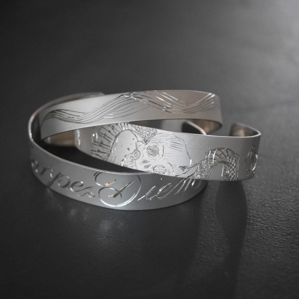 Tatouage sur bracelet argent