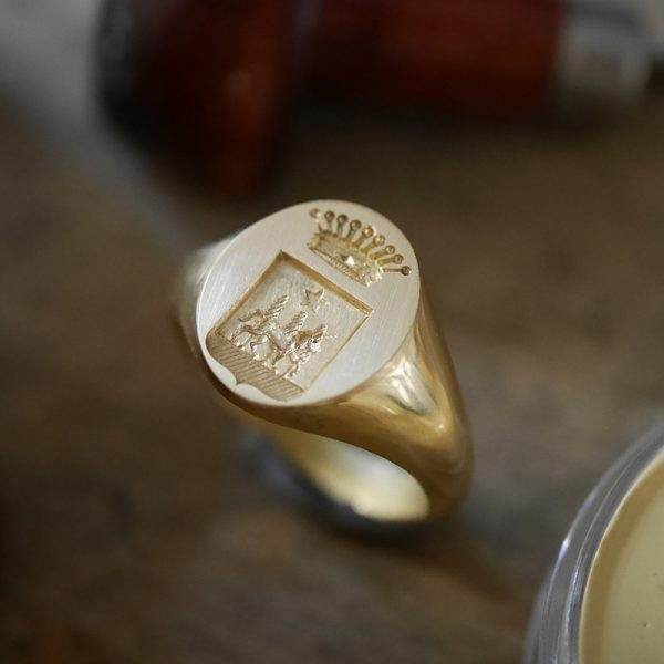 Chevalière héraldique gravée main