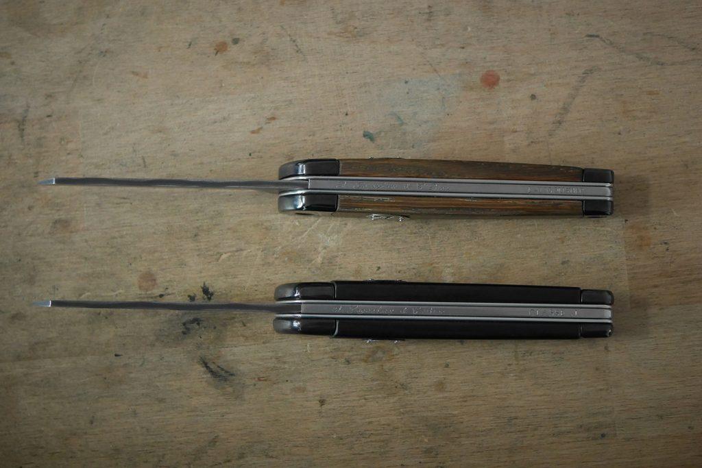 Photo vue de haut des couteaux