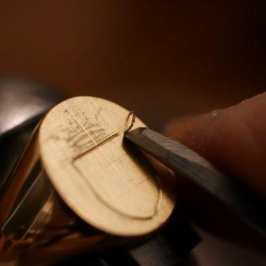 Chaque blason est gravé main à l'échoppe ou au burin