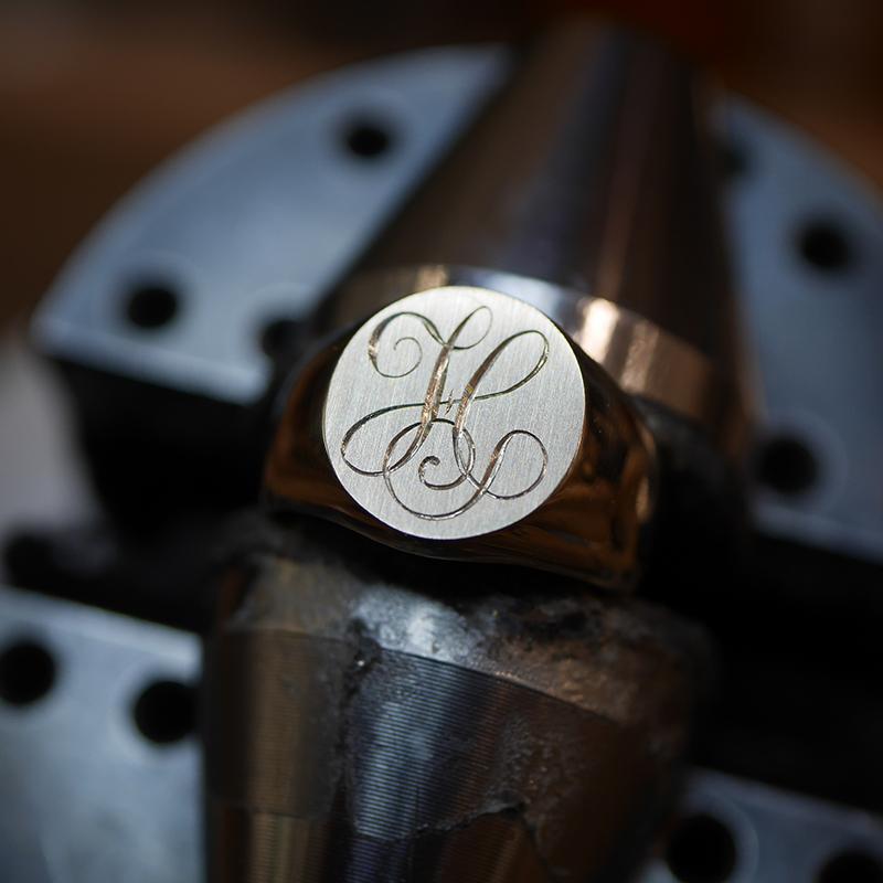 Monogramme gravé main sur chevalière en or