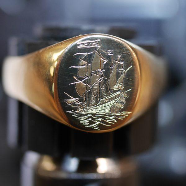 chevalière gravé main pour un marin. Motif d'un voilier