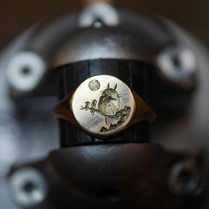 """Chevalière gravée main au motif de """"mon voisin Totoro"""""""