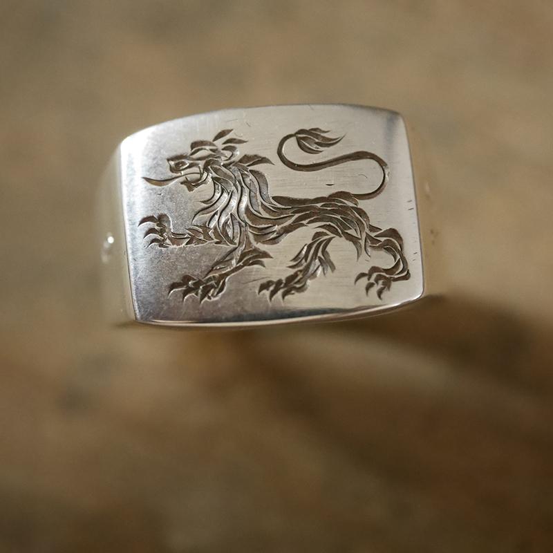 Gravure main d'un motif de lion sur chevalière en argent rectangle